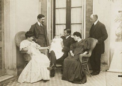 Leonor Fini, with her parents (on the left) and her father's family, Buenos Aires, 1907