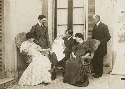 Leonor Fini, avec ses parents (à gauche) et la famille de son père, Buenos Aires, 1907