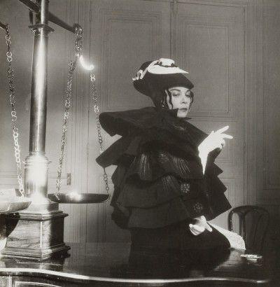 Leonor Fini en costume d'Aubrey Beardsley, Paris, 1951, photographie d'André Ostier
