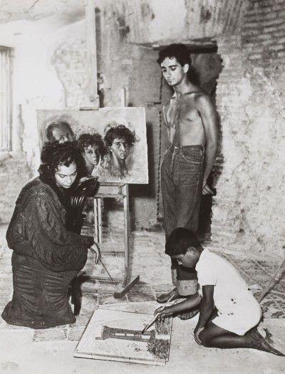 Leonor Fini, Sergio Gajardo et un inconnu devant  Autoportrait avec Sergio et Kot , à Torre San Lorenzo, Italie, 1952