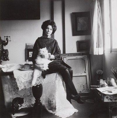 Leonor Fini dans son atelier rue de La Vrillière, Paris, 1961, photographie de Cecil Beaton